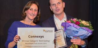 Juryvoorzitter Marieke van Heek en winnaar Jan van Goch van Connexys